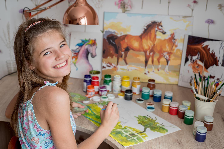 Kız Çocuk Resim Yapıyor